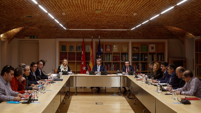 Los dirigentes del gremio del taxi durante su reunión esta mañana con el presidente de la Comunidad de Madrid, Ángel Garrido. (EFE)