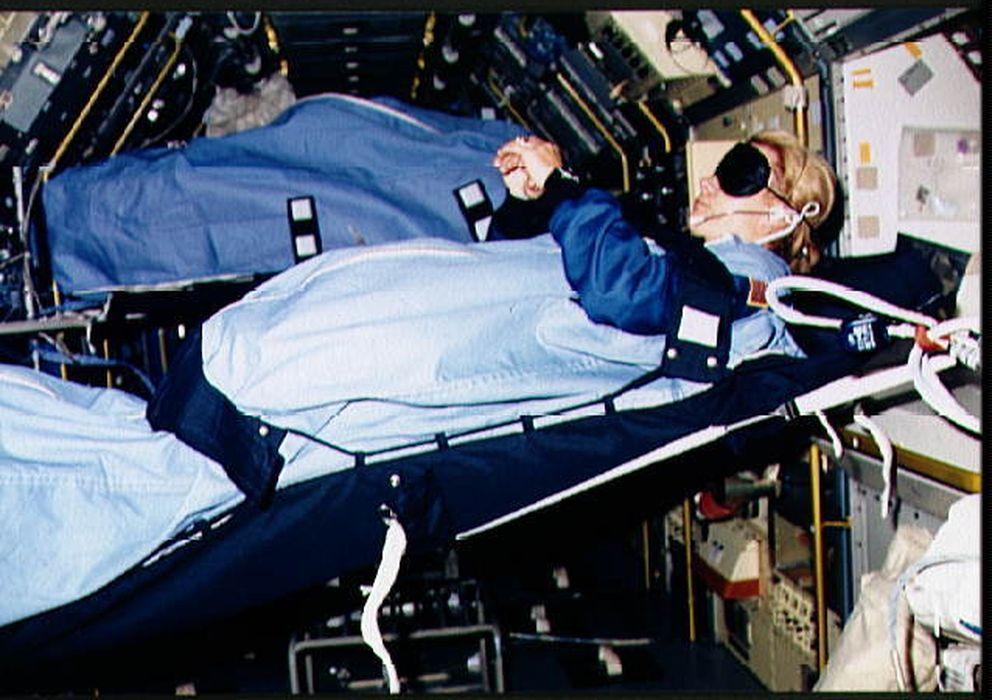 Foto: La astronauta Margaret R Seddon durmiendo en una misión. (Wikipedia)