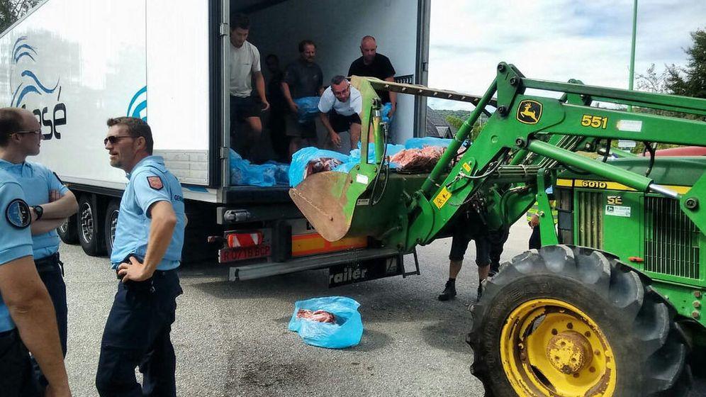 Foto: Camión aragonés atacado por ganaderos franceses el miércoles en Normandía ante la presencia impasible de los gendarmes. (Foto: UPA)