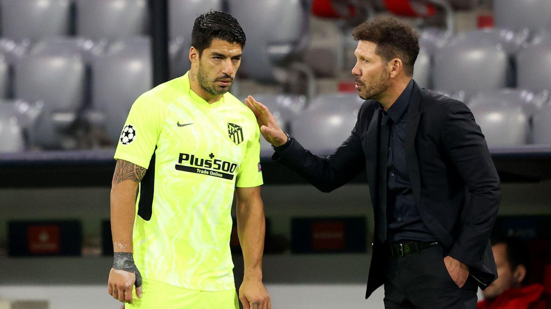 Simeone da indicaciones a Suárez en la banda. (EFE)