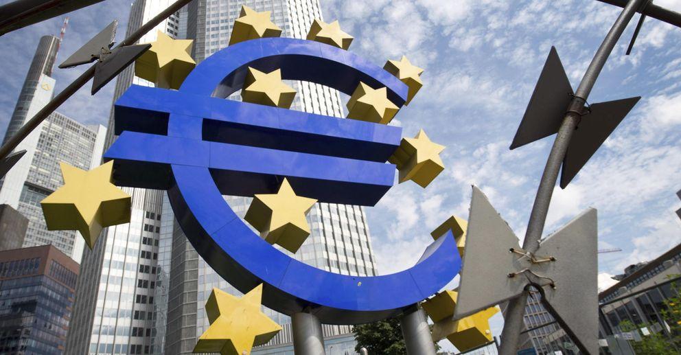 Foto: Vista de la escultura con el logo del euro que decora los alrededores de la sede del BCE. (EFE)