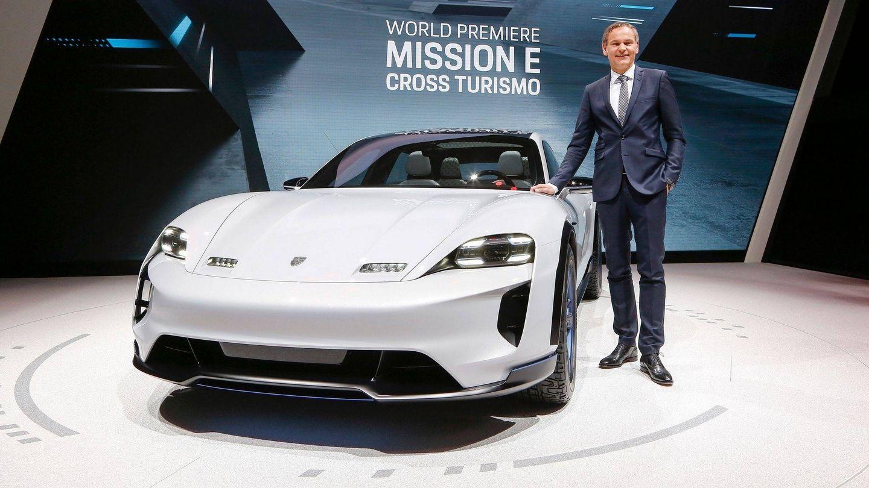 El presidente de Porsche junto al Mission E Cross Turismo.