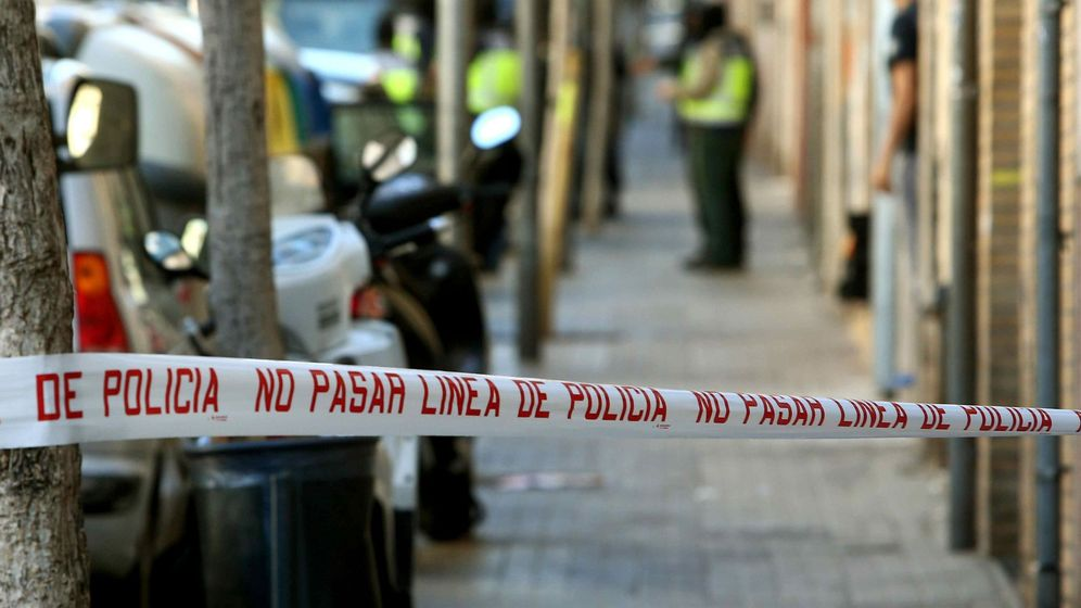 Foto: Efectivos de la Policia Nacional ante la vivienda de Badalona. (EFE)
