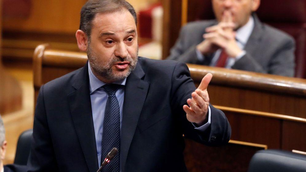 Foto: El ministro de Transportes, Movilidad y Agenda Urbana, José Luis Ábalos durante una sesión de control al Gobierno. (EFE)