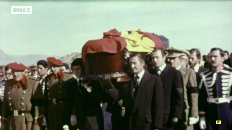 El féretro de Francisco Franco, antes de ser enterrado en 1975. (DMAX)