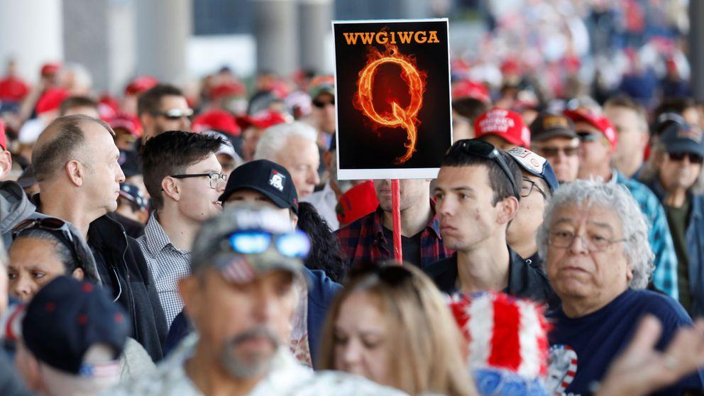 Facebook elimina cientos de grupos de QAnon que ayudan a Donald Trump