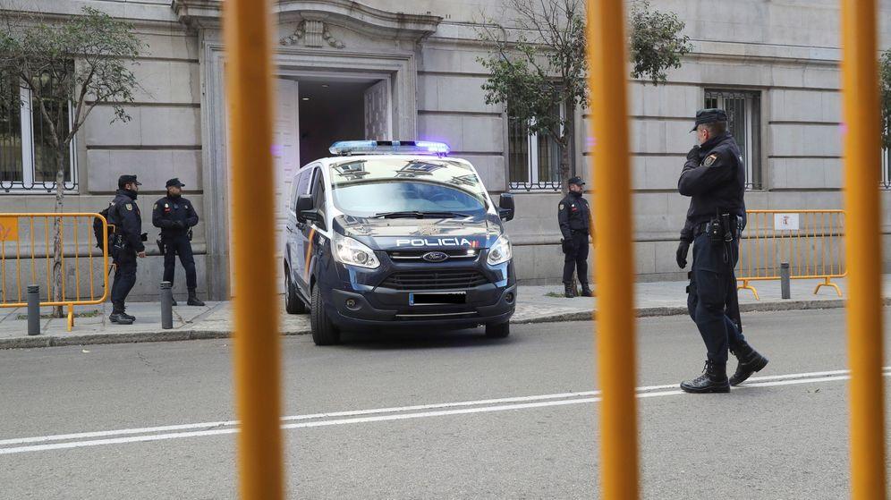 Foto: Furgones a la entrada del Supremo. (EFE)