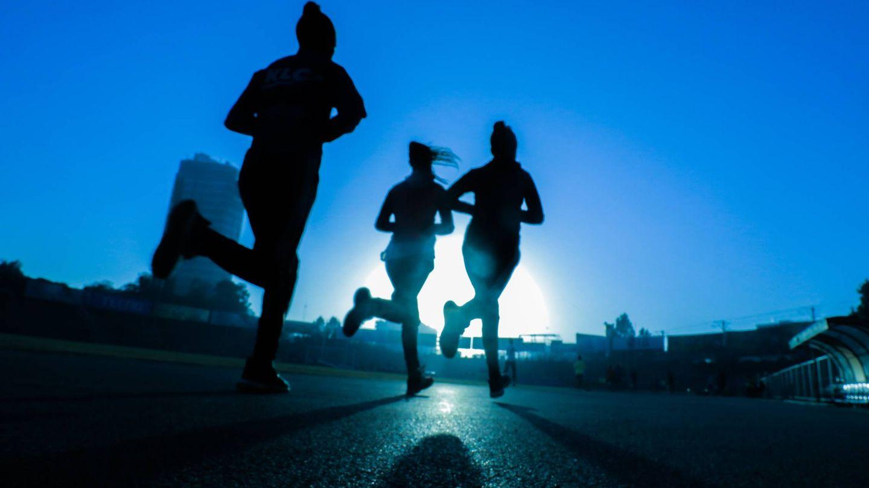Correr, nadar o montar en bicicleta son ejercicios aeróbicos. (Fitsum Admasu para Unsplash)