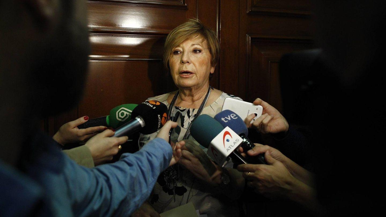 Celia Villalobos, en medio de una rueda de prensa improvisada. (Getty)