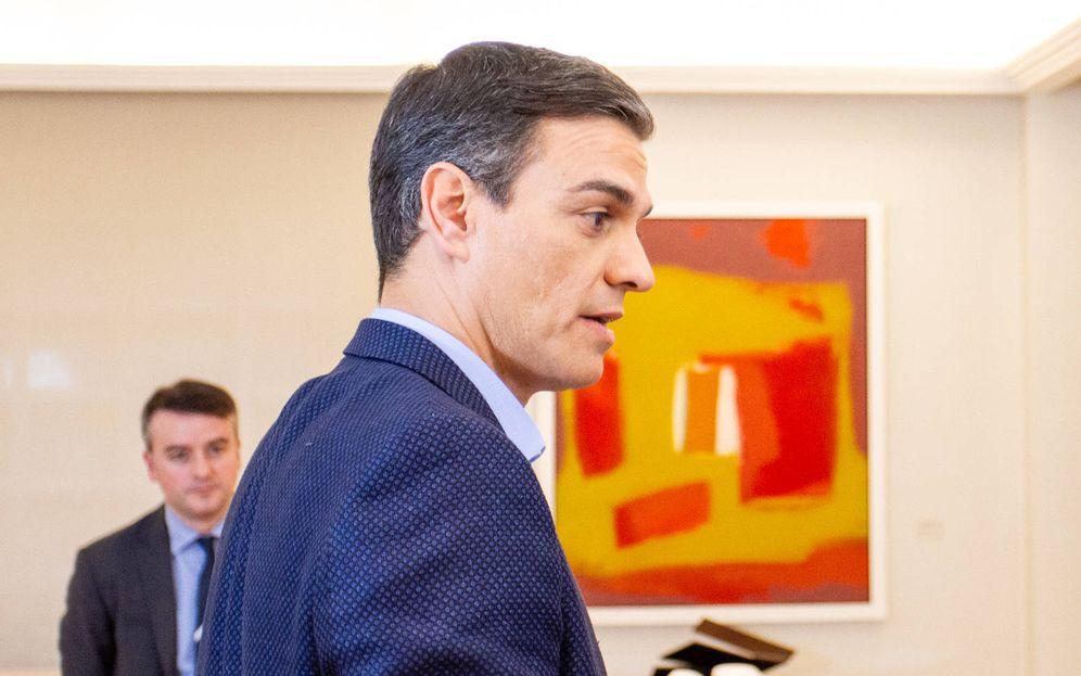 Foto: Pedro Sánchez, el pasado 5 de abril durante la entrevista con El Confidencial. Al fondo, su director de Gabinete, Iván Redondo. (Jorge Álvaro Manzano)