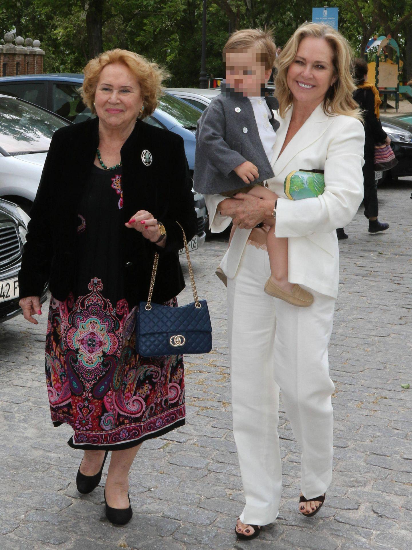 La exmujer de José Bono, con su madre y su nieto Jaime en brazos. (Lagencia Grosby)