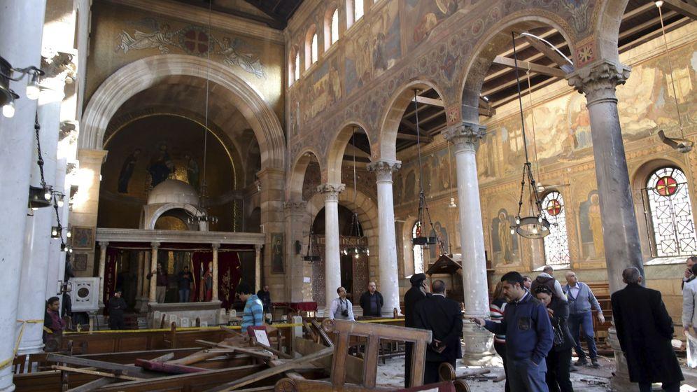 Foto: Varias personas comprueban los daños en el interior de la Iglesia de San Pedro, tras un atentado reivindicado por el ISIS el pasado fin de semana. (EFE)