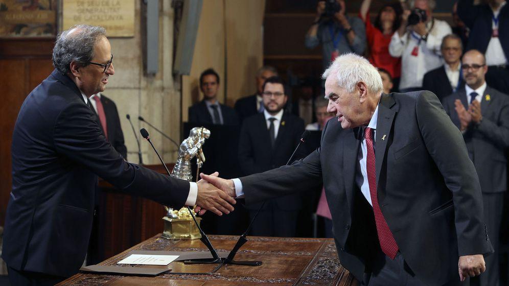 Foto: El 'conseller' de Acción Exterior, Ernest Maragall, saluda al presidente de la Generalitat, Quim Torra. (EFE)