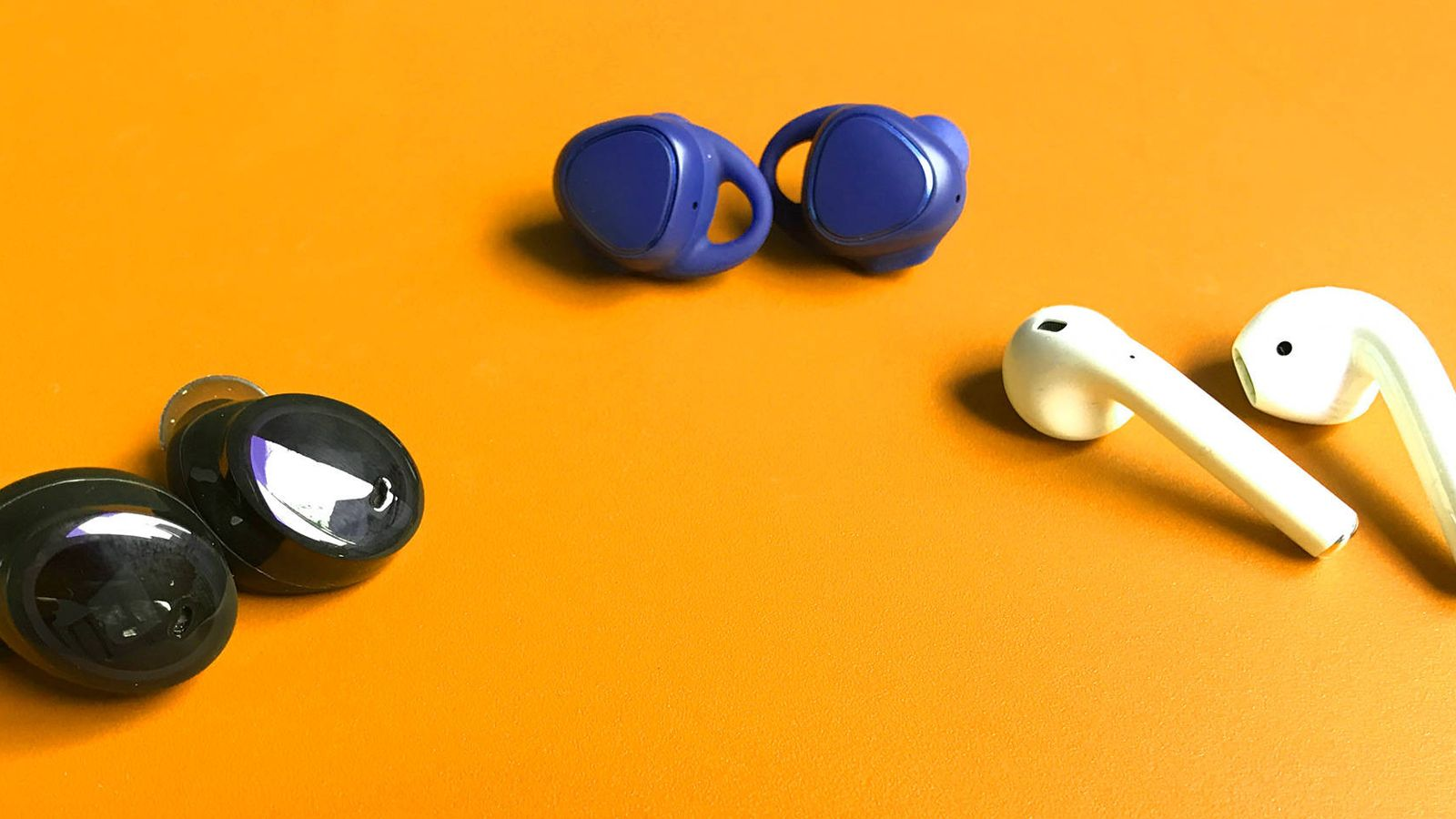 Foto: Los auriculares Dash (izquierda), del fabricante alemán Bragi, los Samsung IconX (centro), y los AirPods de Apple. (Foto: Pablo Ortega)