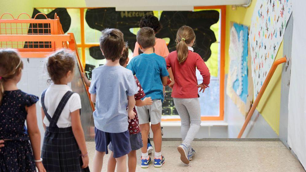 Foto: Varios niños acceden a las aulas del Colegio Virgen del Cortijo de Madrid. (EFE)