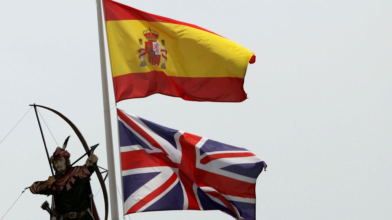 Banderas de España y del Reino Unido ondean en un ayuntamiento. (EFE)