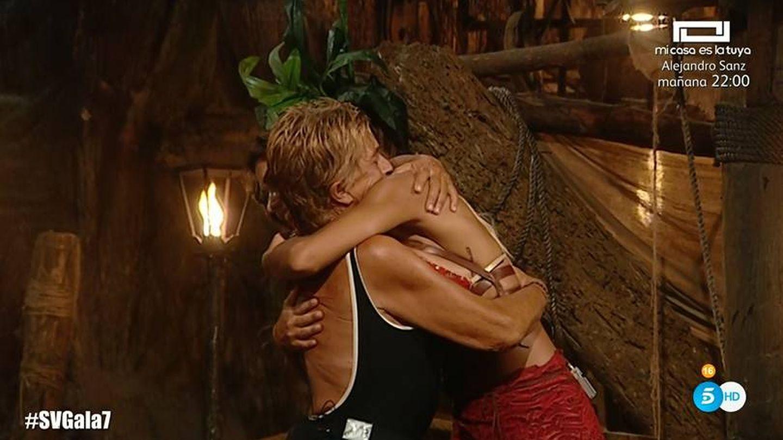 Chelo abrazando a Lara en 'Supervivientes 2019'. (Telecinco)