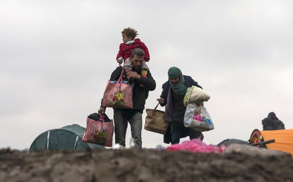 Foto: Refugiados cargan con sus pertenencias mientras esperan para cruzar la frontera de Croacia cerca de Berkasovo, Serbia, el 20 de octubre de 2015 (Reuters).