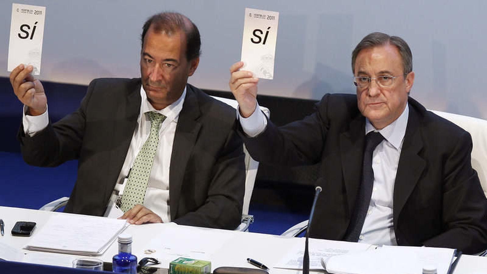 Foto: Fernández de Blas y Florentino Pérez, durante una Asamblea de socios del Real Madrid (EFE)