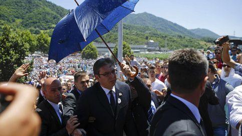 El primer ministro serbio, expulsado a pedradas del 20º aniversario de Srebrenica