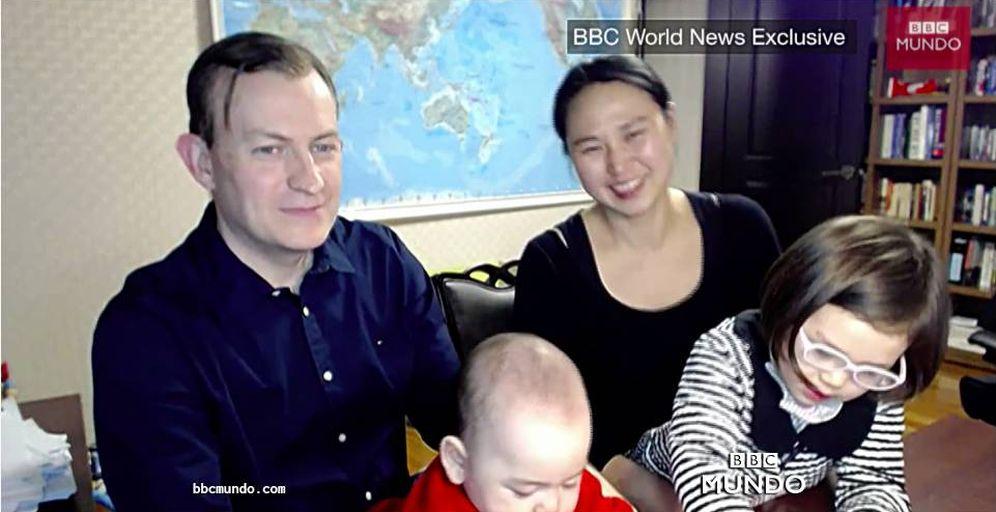 Foto: Robert Kelly y su familia tras la entrevista cómica