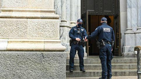 Dos policías de Nueva York rescatan a una bebé atrapada debajo de un coche