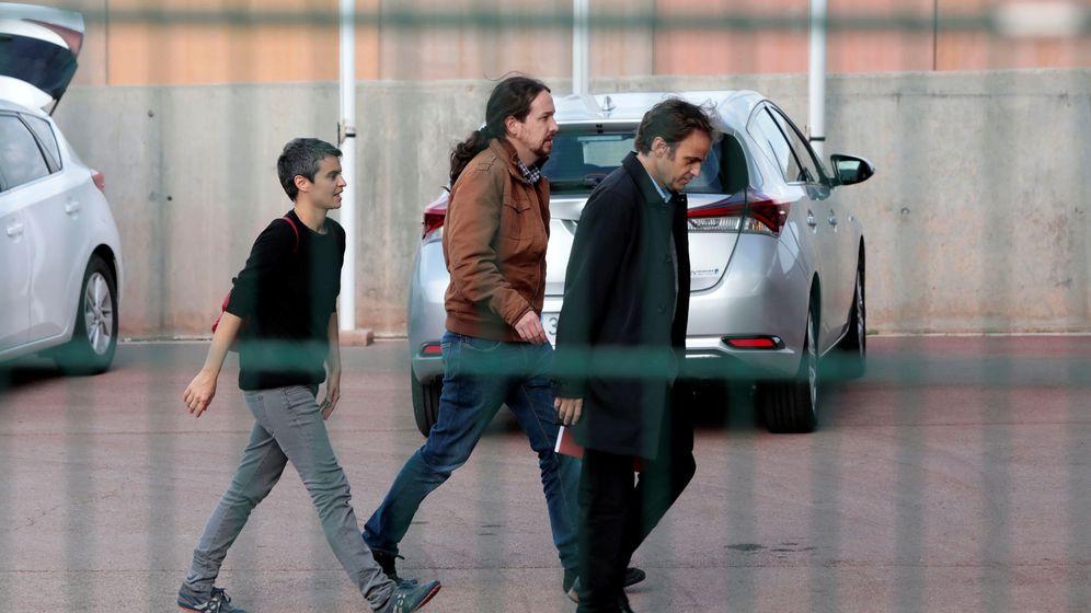 Foto: Pablo Iglesias, acompañado por la diputada de En Comú, Lucía Martín, y el teniente de alcalde en el Ayuntamiento de Barcelona, Jaume Asens, a su llegada a la prisión de Lledoners. (EFE)