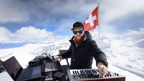 Actuación de DJ Teho en un glaciar