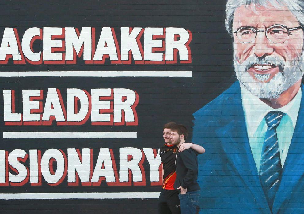 Foto: Mural con la imagen de Gerry Adams en Belfast. (Efe)