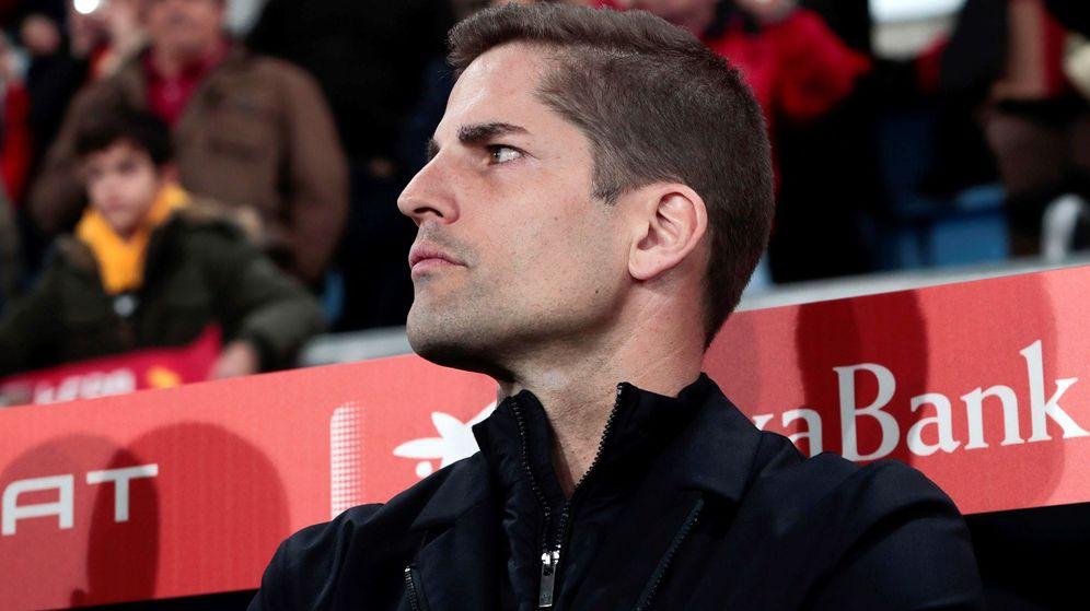 Foto: Robert Moreno, en el banquillo de la Selección española. (EFE)