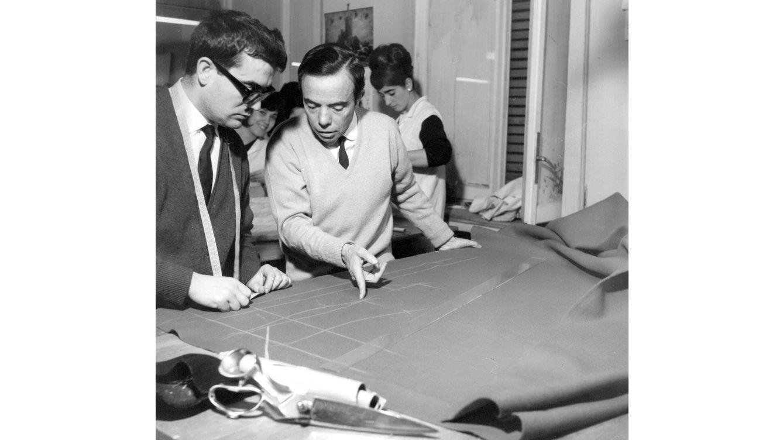 Foto: Manuel Pertegaz en su taller, durante los años sesenta, dando instrucciones a uno de sus sastres.