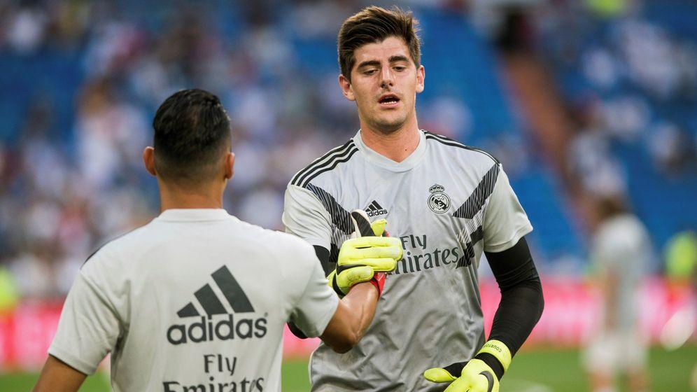 Foto: Keylor Navas y Courtois saludándose en la previa del Madrid-Leganés. (EFE)