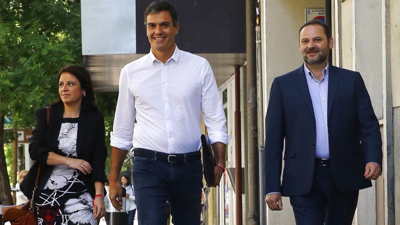 Pedro Sánchez, con Adriana Lastra y José Luis Ábalos, el 24 de mayo de 2017 llegando a Ferraz, tras ser reelegido secretario general en primarias. (EFE)