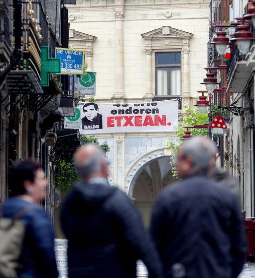 Foto: El histórico dirigente de ETA 'Baldo' es homenajeado en las calles de Hernani, este 27 de julio. (EFE)