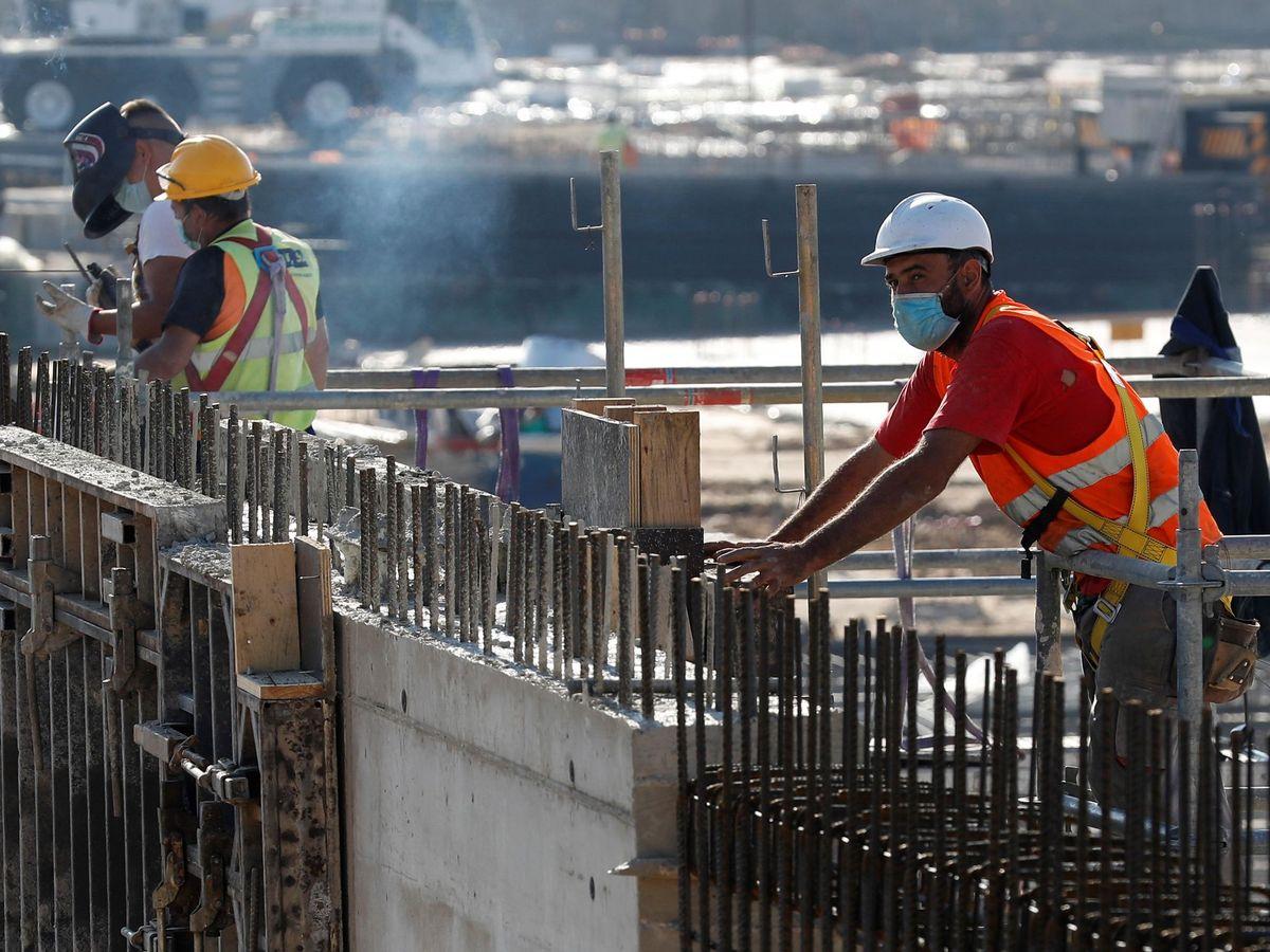 Foto: Varios obreros trabajando en una construcción en Madrid. (EFE)