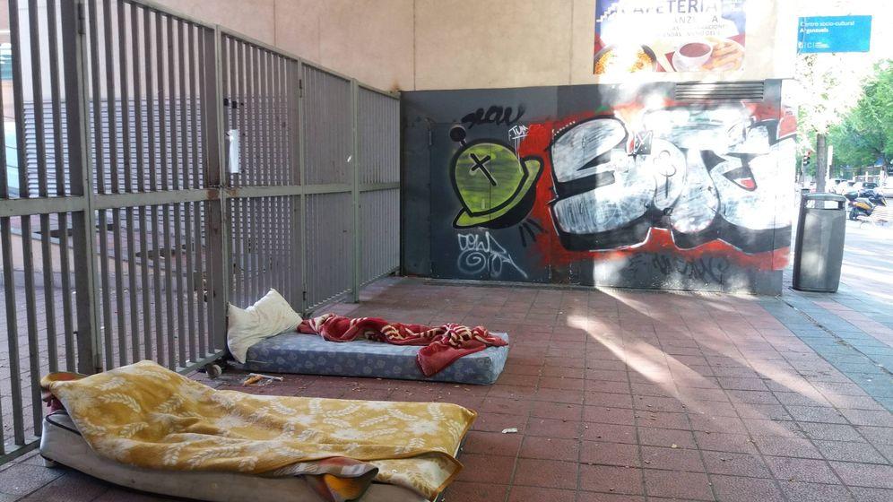 Foto: Dos colchones en la entrada del Centro Dotacional de Arganzuela. (Á. Caballero)