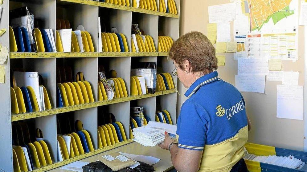 Foto: Una trabajadora de Correos clasifica las cartas. (EFE)