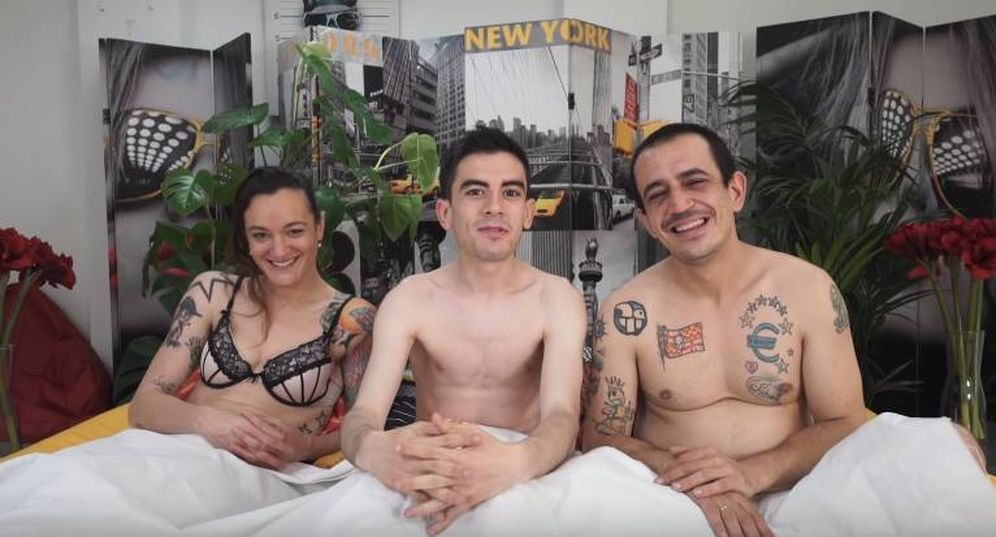Foto: Silvia Charro (izq) y Simón Pérez (dcha) junto a Jordi ENP. (YouTube)