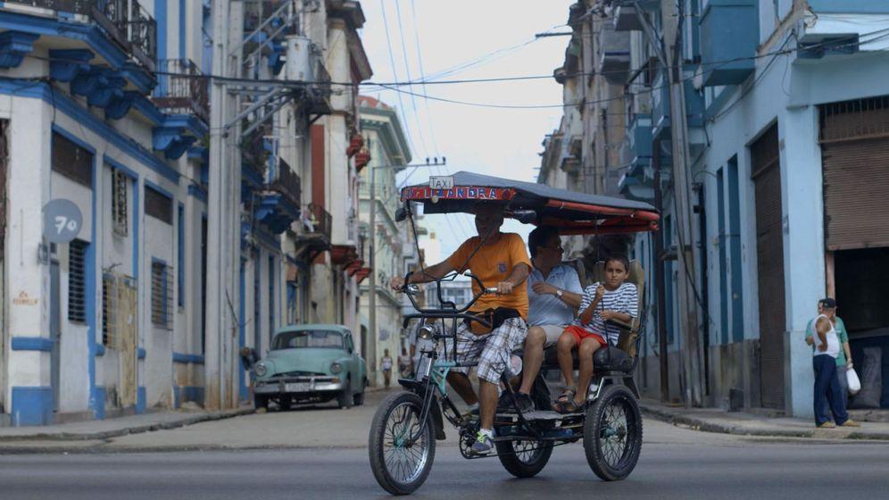 Foto: Turistas pasean por una calle central en la Habana.(EFE)