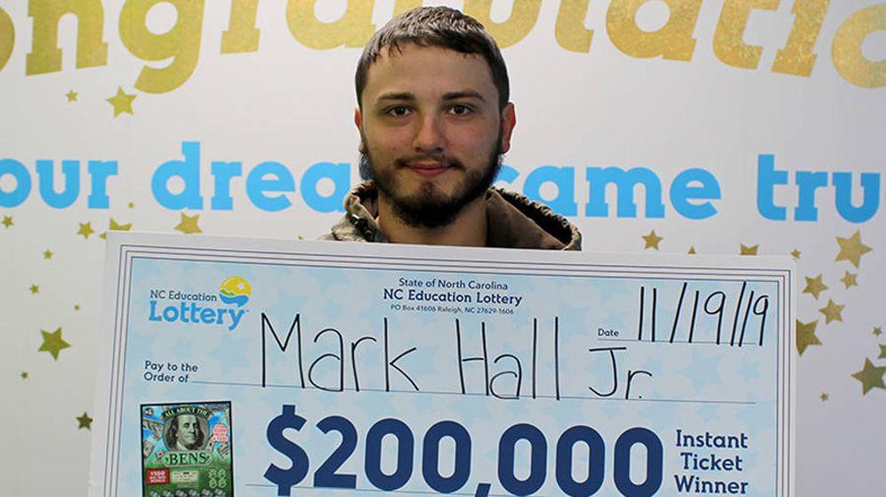 Foto: Mark Hall Jr. empleará los 200.000 dólares del premio en reformar su casa dañada por los huracanes (Foto: North Carolina Education Lottery)