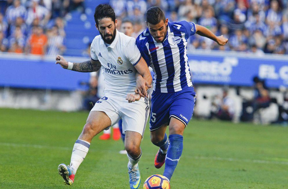 Foto: Theo Hernández, junto a Isco en el Alavés-Real Madrid disputado en Mendizorroza. (EFE)