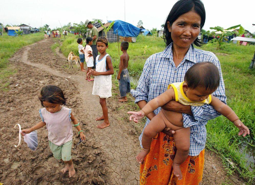 Foto: Una mujer sostiene a su bebé en la aldea de Kbal Spean, en la provincia camboyana de Bonteay Meanchey. (Reuters)