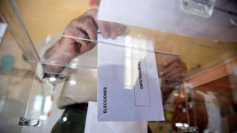 Foto: Una persona deposita en una urna de un colegio electoral una papeleta. (EFE)