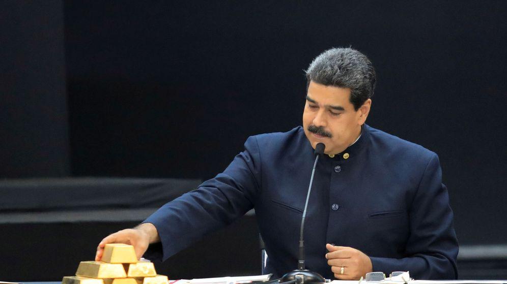 Foto: Foto de archivo de Nicolás Maduro con varios lingotes de oro. (Reuters)