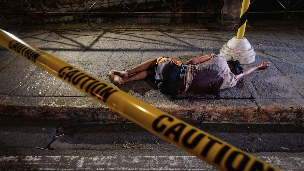 Foto: Un individuo, supuestamente implicado en el consumo o tráfico de drogas, yace en el suelo tras ser asesinado la pasada Nochebuena por un pistolero no identificado, en Manila (Filipinas). (EFE)
