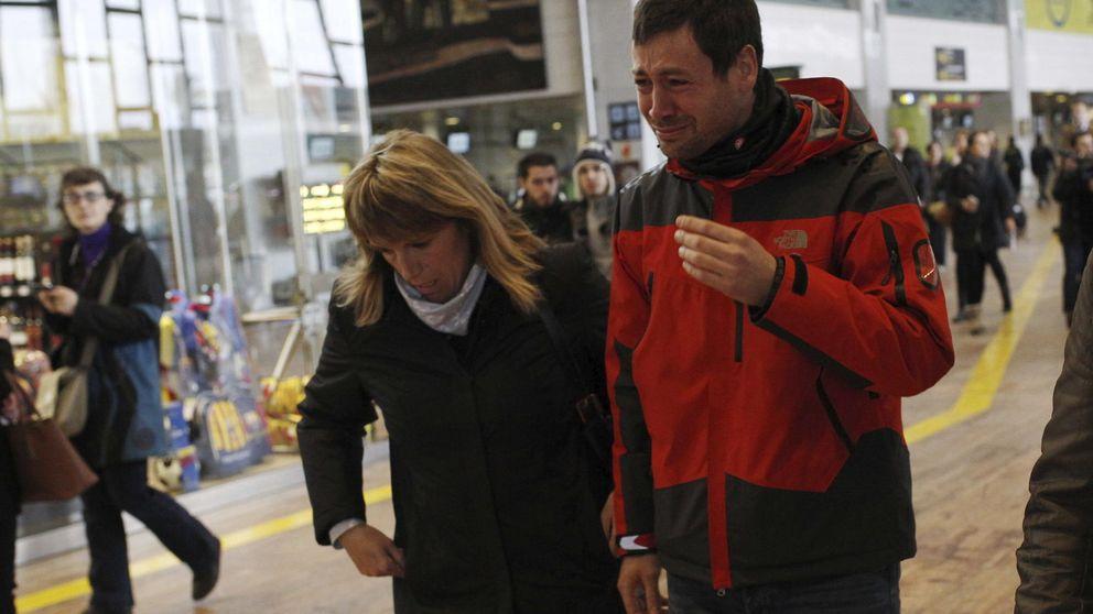 Los familiares de los pasajeros se agrupan en el aeropuerto de El Prat