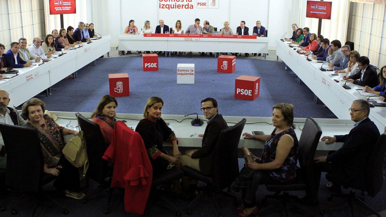 Pedro Sánchez, al fondo, flanqueado por Miquel Iceta y Susana Sumelzo, en la reunión con alcaldes socialistas este 25 de septiembre en Ferraz. (EFE)