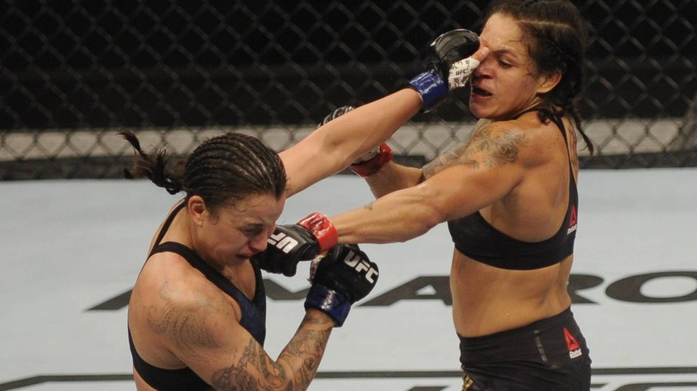 Foto: Amanda Nunes golpeando a Pennington, este fin de semana en la UFC 224. (Imago)