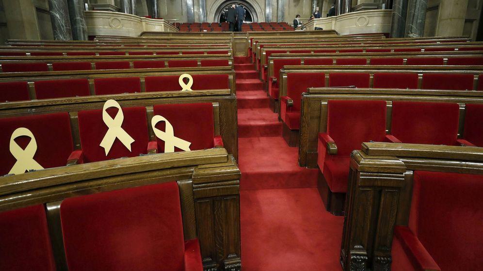Foto: Lazos amarillos en el Parlament. (EFE)