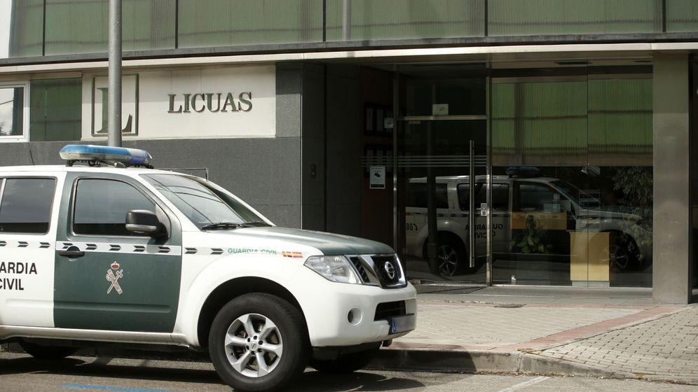 Foto: Agentes de la UCO practican diversos registros en el marco de la operación Lezo. (EFE)